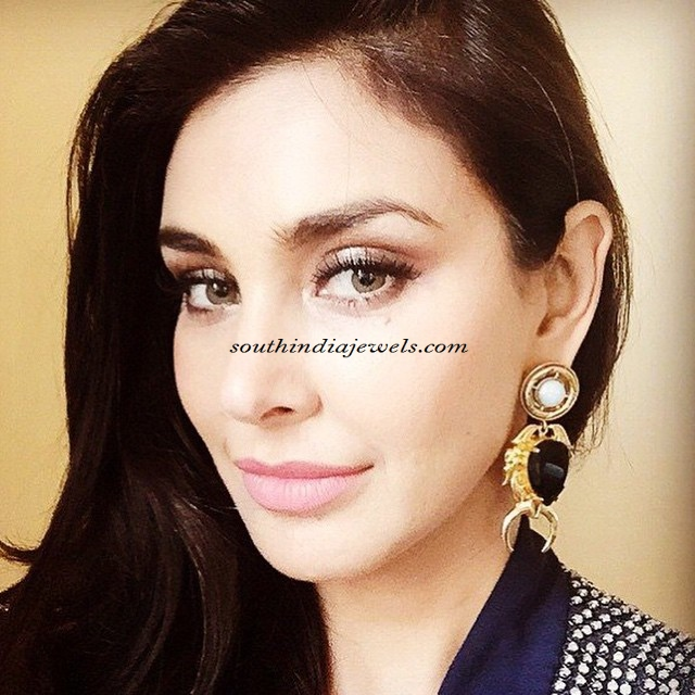 lisa-ray-wearing-valliyan-logo-earrings