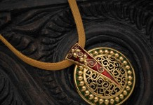 Fashionable Yellow Gold Pendant with Enamel Work