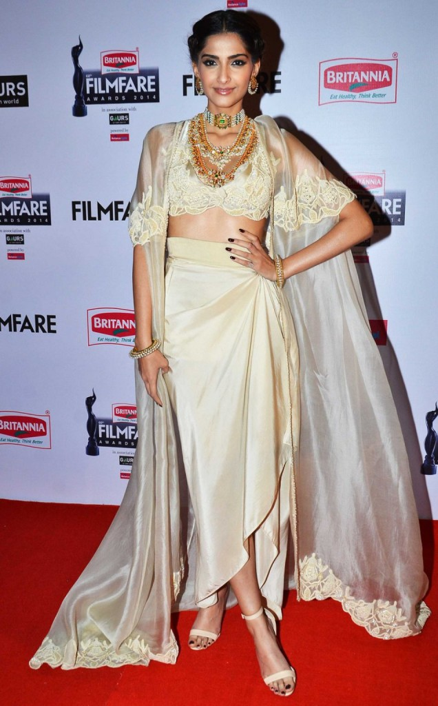 Sonam Kapoor Jewellery in 60th Flimfare awards 2015