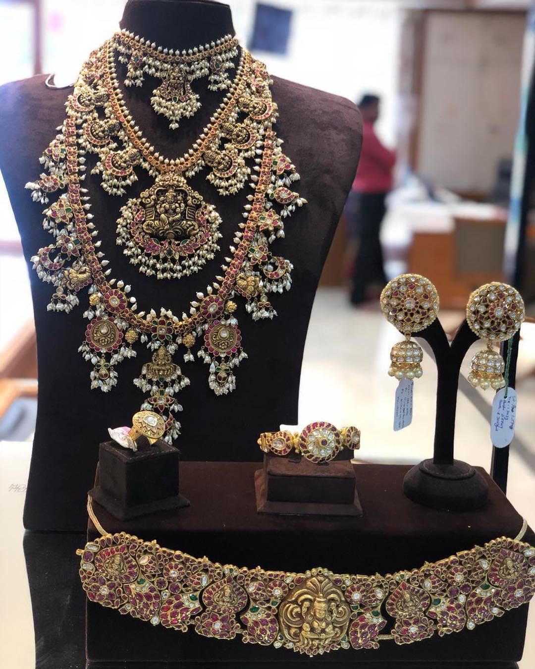 Traditional kundan jewellery From Mangatrai