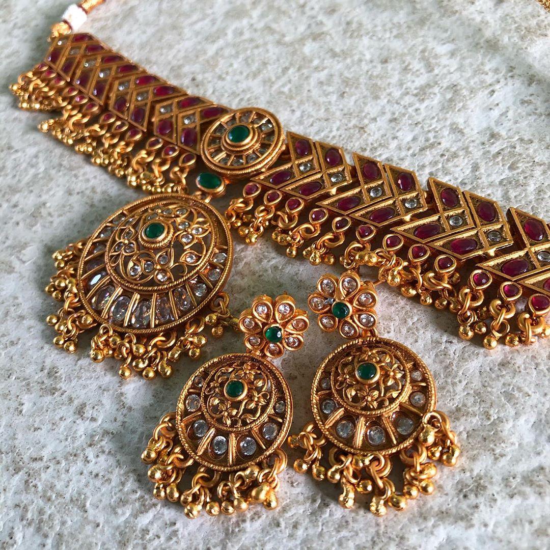 matte-temple-gold-high-neck-round-pendant-choker-set