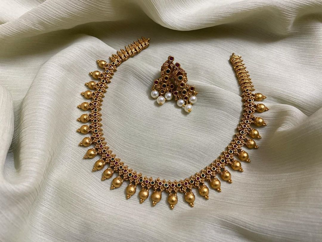 simple-motif-necklace-with-earrings
