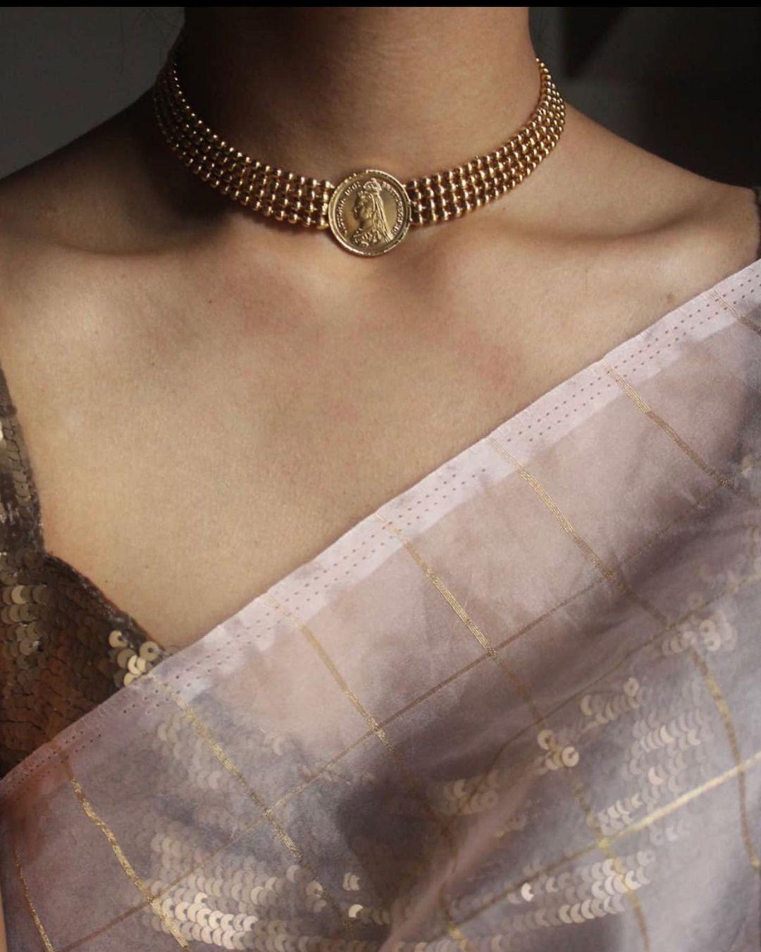 queen-pendant-choker-necklace