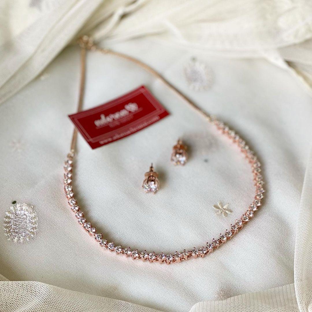 minimalistic-rose-gold-necklace
